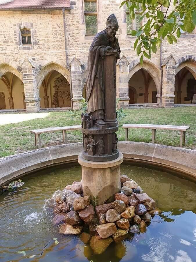 der Thietmarbrunnen im Kreuzgang des Doms
