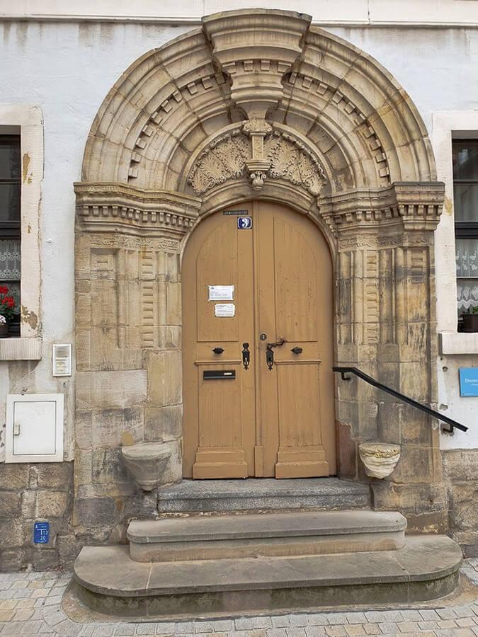 barockes Portal mit Sitznischen in Weißenfels