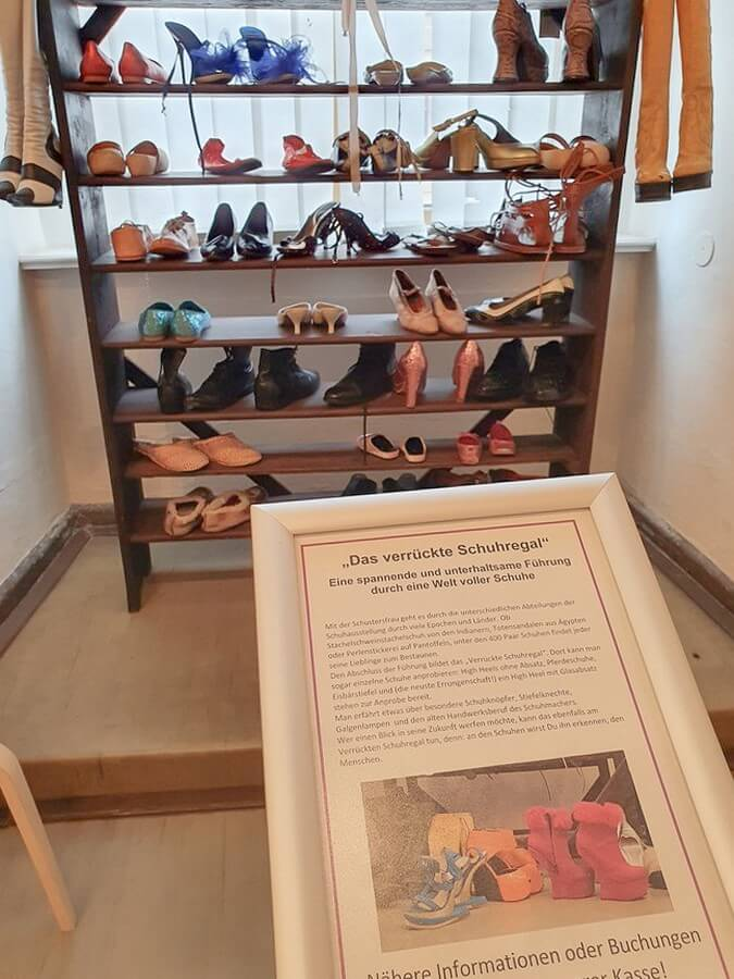 Blick auf das verrückte Schuhregal im Schuhmuseum Weißenfels