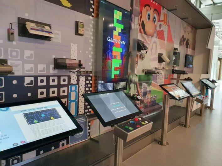 Wand mit Computerspielen im HNF in Paderborn