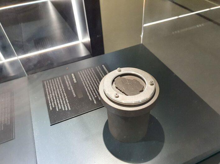 Mondgestein als Exponat in der Sonderausstellung des HNF