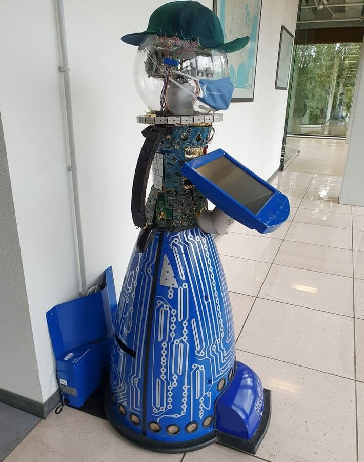 Museumsroboter Peter in seiner Ladestation