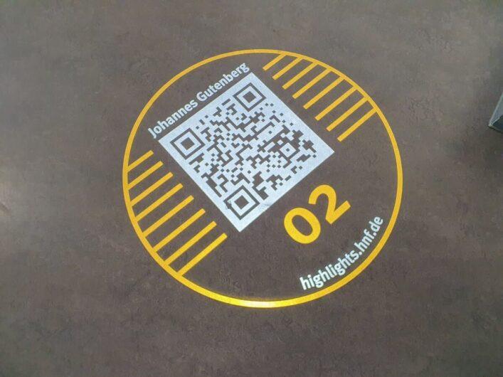 QR-Code auf dem Boden im Heinz Nixdorf Museumsforum