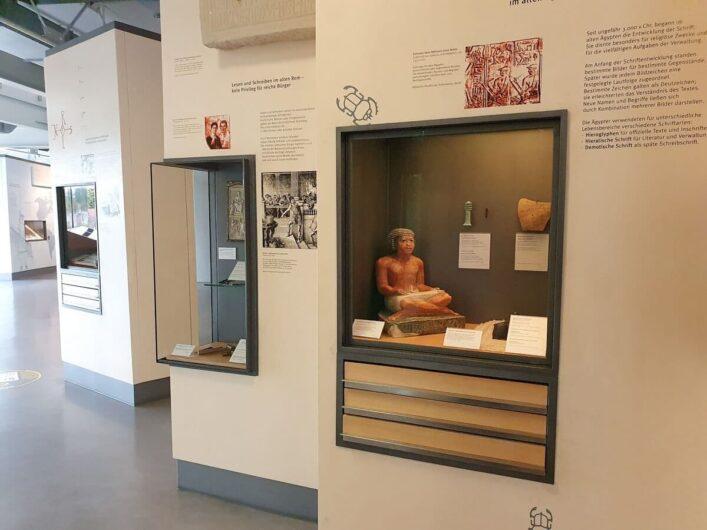 Ausstellungsvitrinen mit Infos zu Schreiben und Rechnen vor Urzeiten