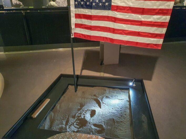 Fußspuren im Mondstaub vor der US-Flagge