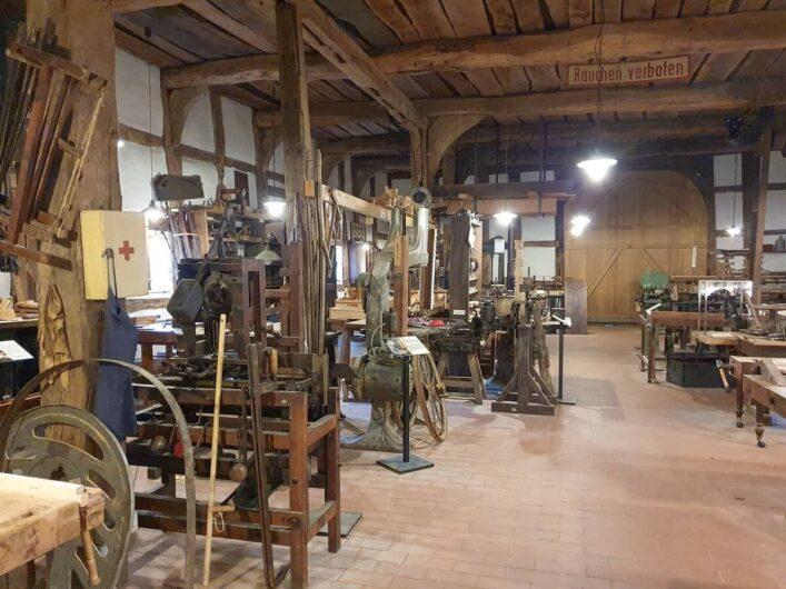 Blick auf die verschiedenen Arbeitsplätze im Holzwandwerksmuseum