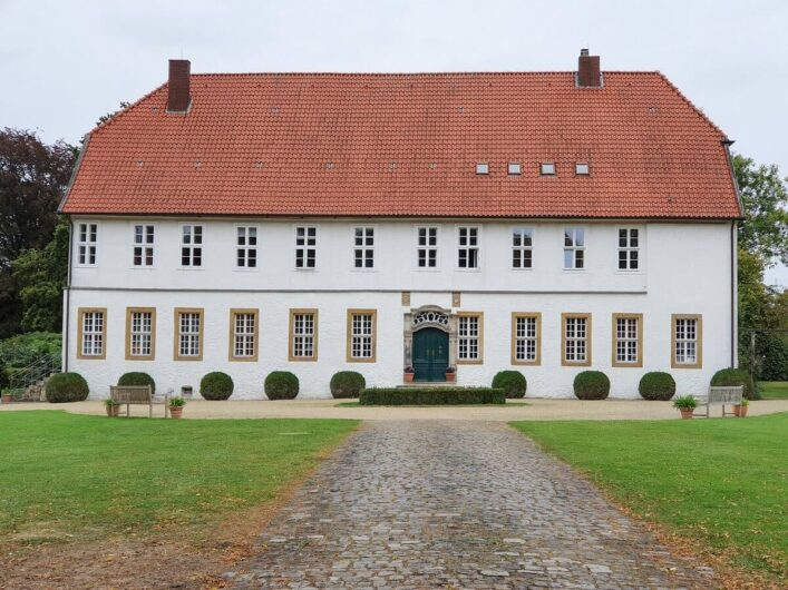 strahlend weißes Hauptgebäude von Gut Consbruch