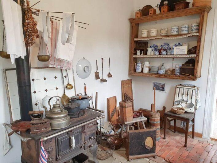 Küche der Lehrerwohnung in der Museumsschule mit zeitgerechter Ausstattung