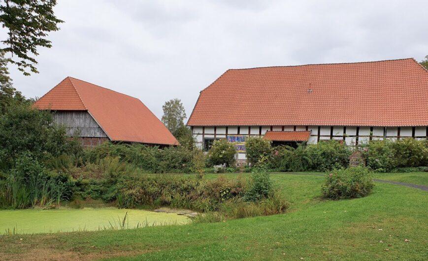 Nebengebäude und Teich von Haus Hiddenhausen