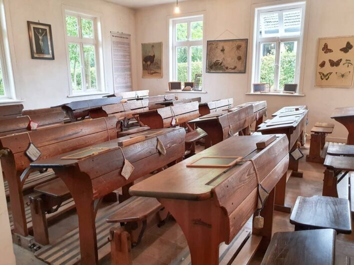 Schulbänke aus Holz in der Museumsschule