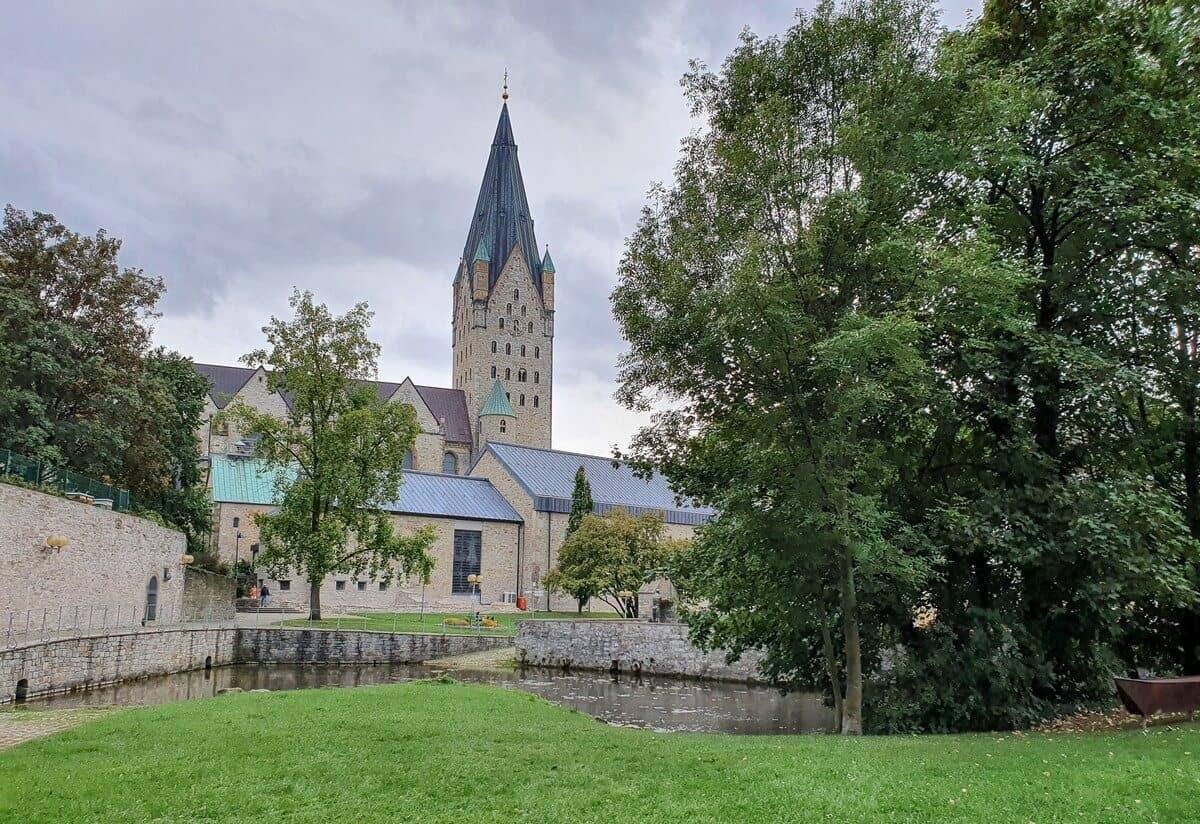 Blick vom Quellbecken der Dielenpader zum Dom