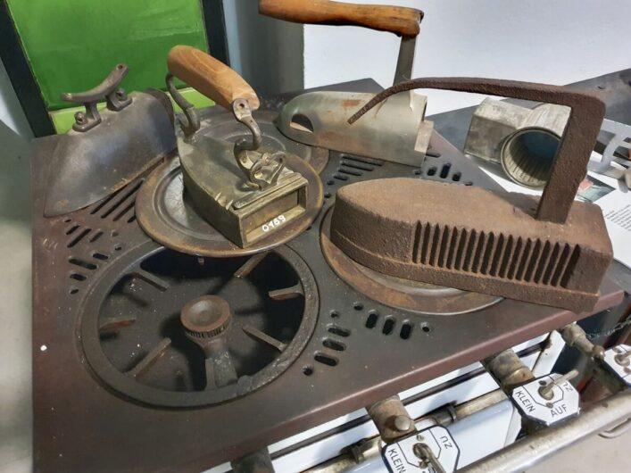 alte Bügeleisen in der Ofenausstellung Zeitz
