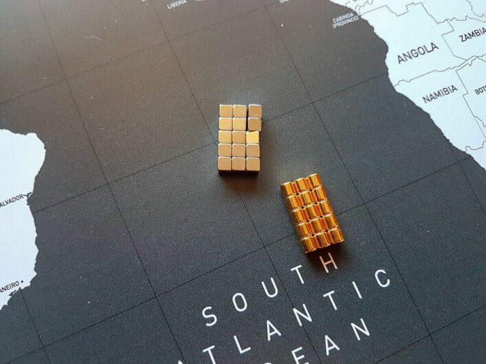 silberne und goldene Magneten für die Weltkarte von VACENTURES