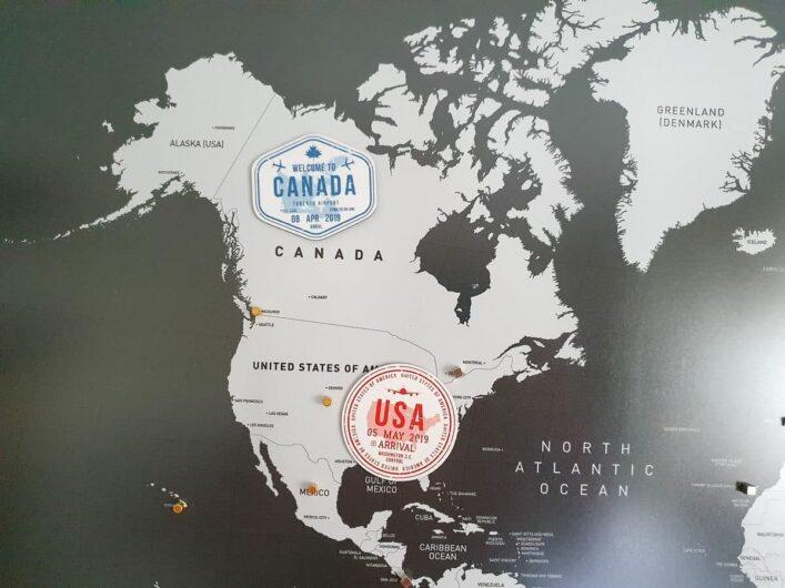 Magnete in Form von Einreisestempeln auf der magnetischen Weltkarte