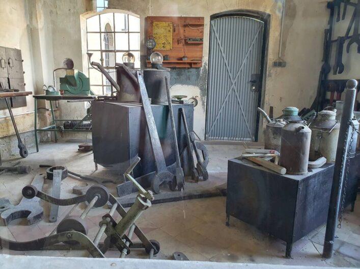 riesige Werkzeuge in der Brikettfabrik
