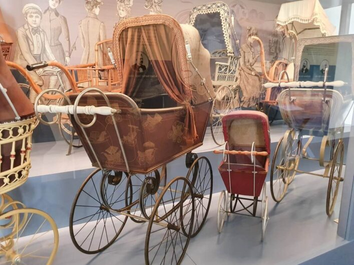 historische Kinderwagen im Zeitzer Kinderwagenmuseum