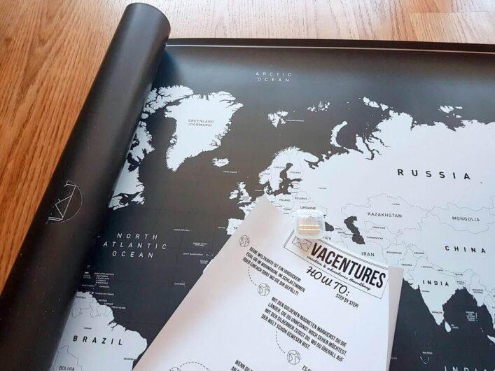 noch halb eingerollte magnetische Weltkarte mit Erklärung