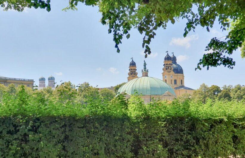 Blick aus dem Residenzgarten auf die Theatinerkirche