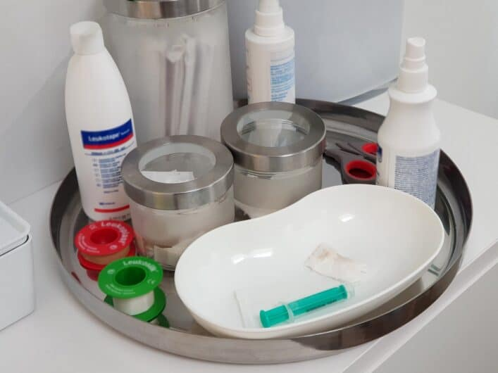 benutzte Spritze und medizinisches Zubehör in Arztpraxis