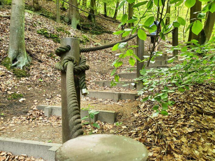 Stufen hoch zur Brunnenkapelle