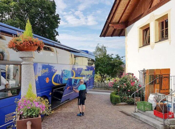Ausflugsbus vor dem Hotel Sunnwies
