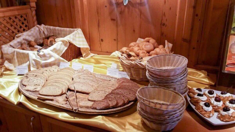 Brotauswahl auf dem Frühstücksbuffet