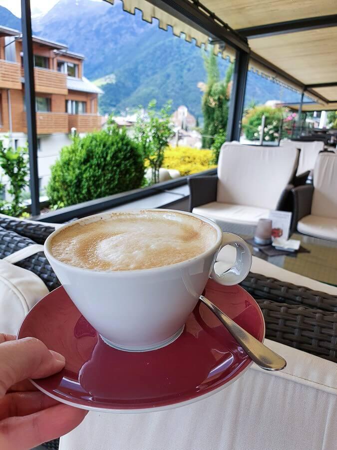Cappuccino auf der Hotelterrasse