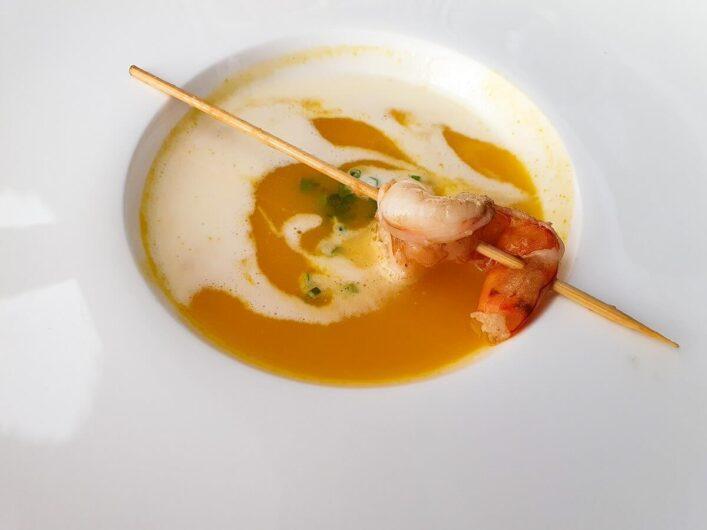 Curry-Ingwer-Suppe mit Garnelenspieß als Vorspeise