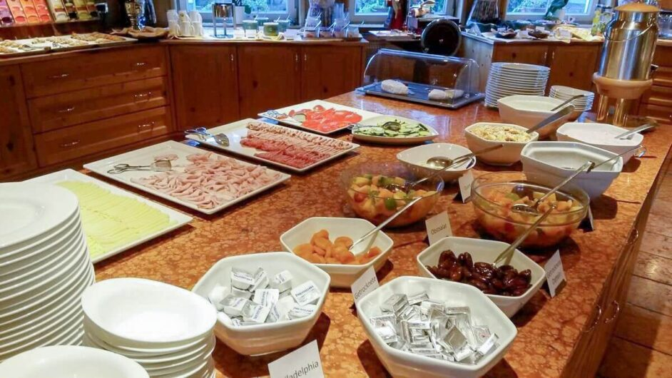 Auswahl beim Frühstücksbuffet im Hotel Sunnwies