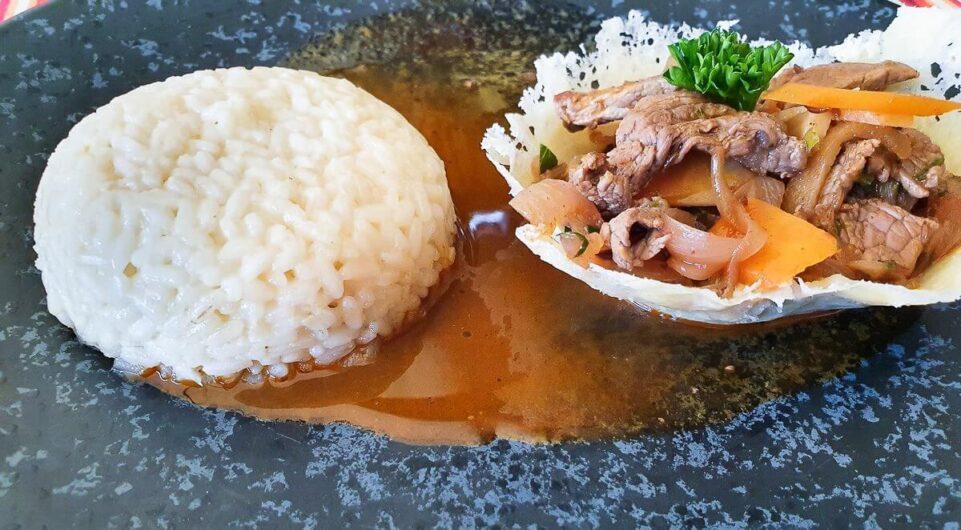 Rinderfiletstreifen in der Parmesanschale mit Reis