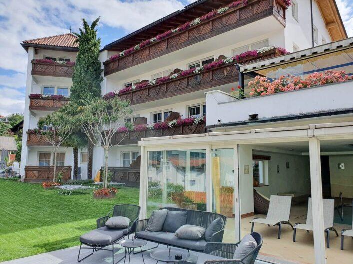 Blick auf die Gartenseite des Hotel Sunnwies Schenna