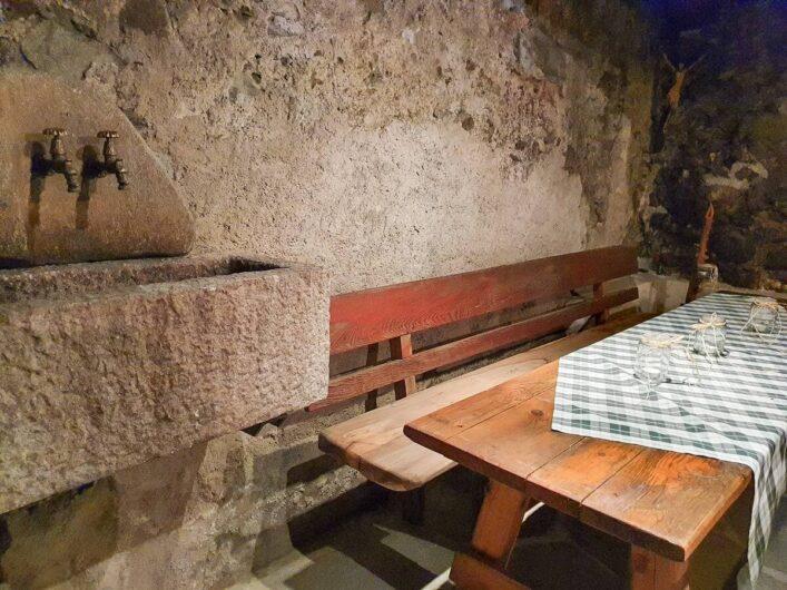 Tisch mit Bank im Keller des Torgglerhofs