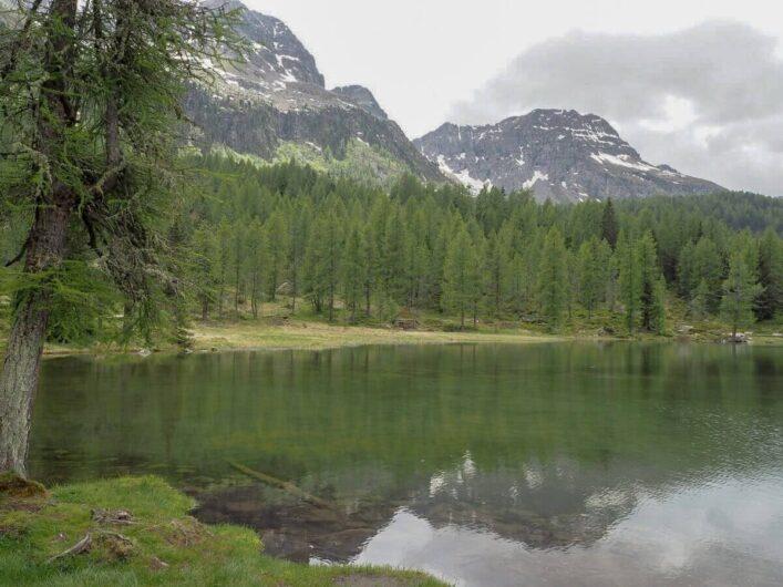 Blick auf den San-Pellegrino-See in den Südtiroler Dolomiten
