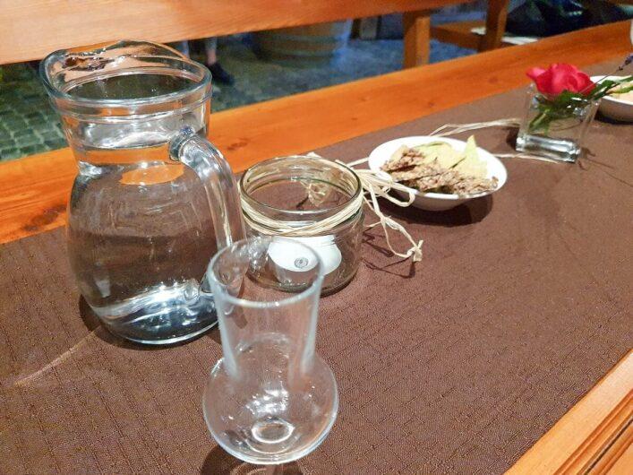 Wasser und Brot für die Schnapsverkostung