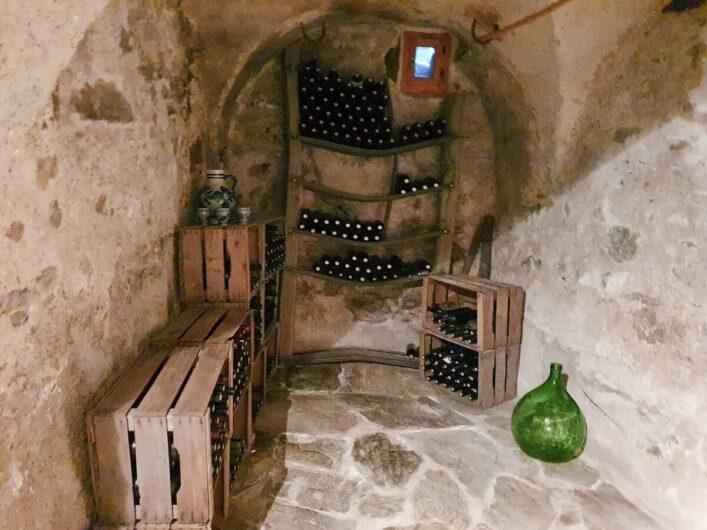 Blick in den Weinkeller des Torgglerhofs