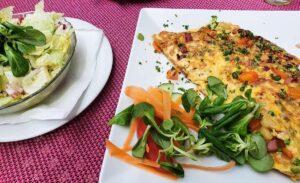 Bauernomelett mit Salat
