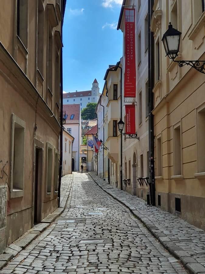 schmale Gasse in Bratislava mit Blick zur Burg