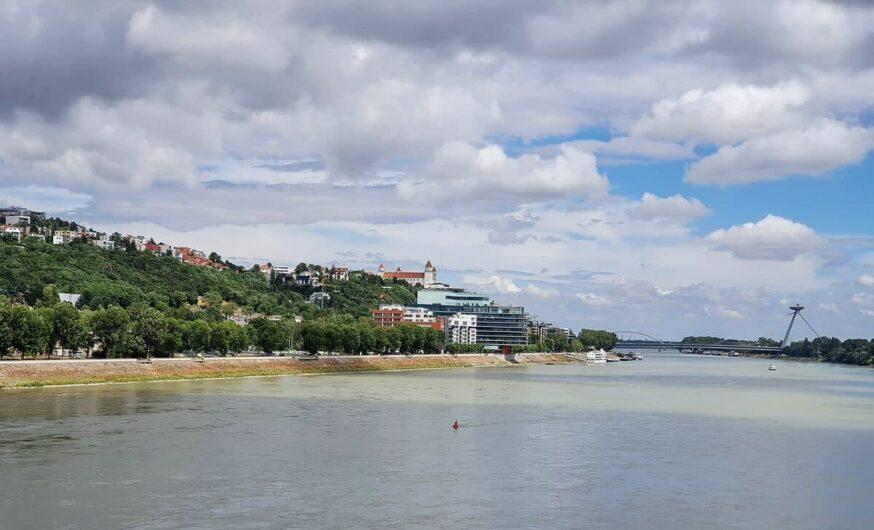 Blick auf Bratislava mit Donau, Burg und UFO