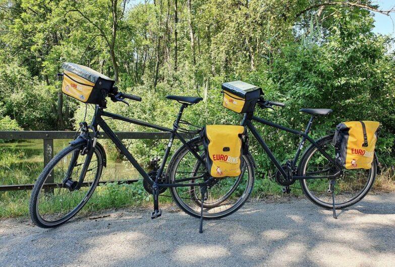 Leihfahrräder von Eurobike auf einer Brücke abgestellt