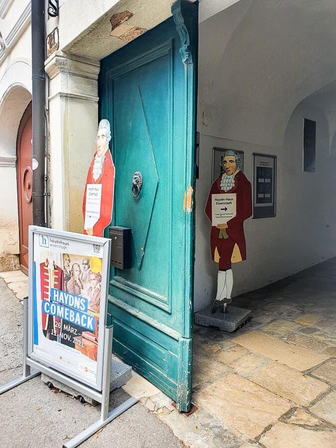 Pappfigur von Joseph Haydn am Haydnhaus in Eisenstadt