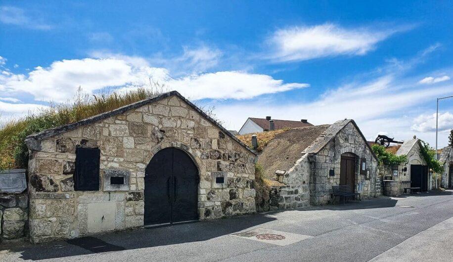Blick über die Häuser der Kellergasse von Purbach