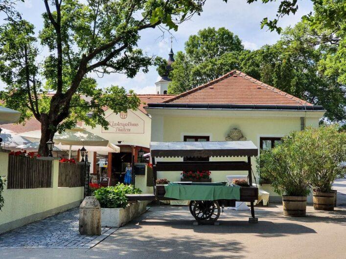Eingang zum Gastgarten vom Klostergasthaus Thallern