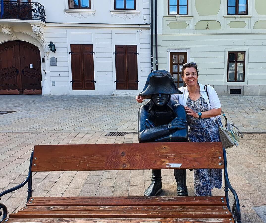 Martina und Statue des Napoleon-Soldaten in Bratislava
