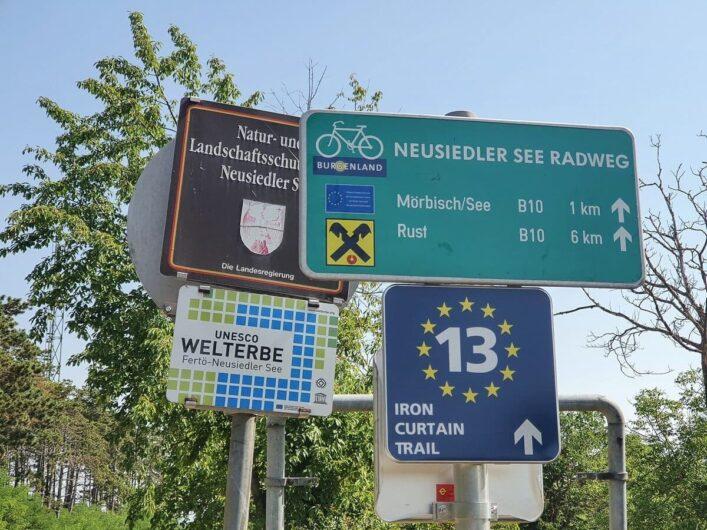 Hinweisschilder zum Neusiedlersee Radweg und zum Iron Curtain Trail