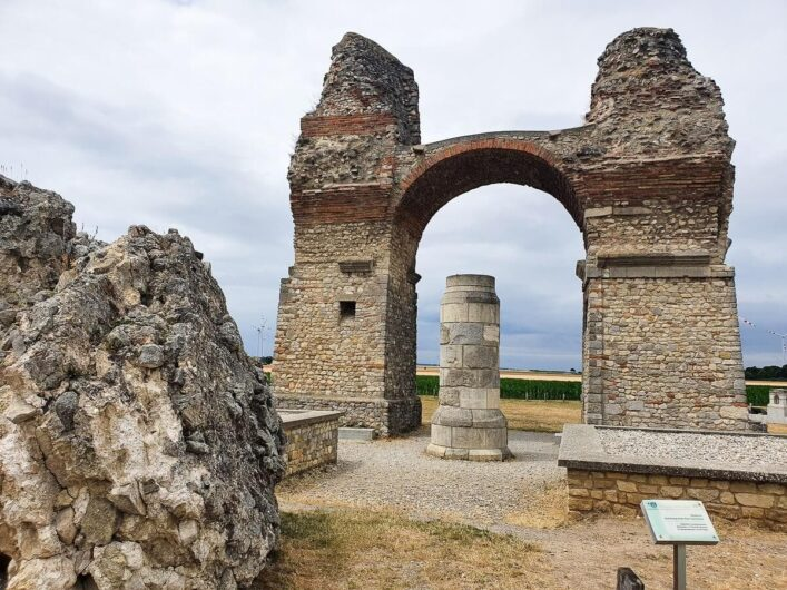 Torbogen und Säule im Römerland von Petronell-Carnuntum