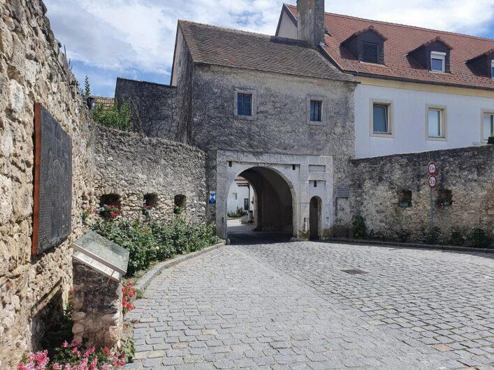 Stadtmauer und Durchgang zur Altstadt von Purbach