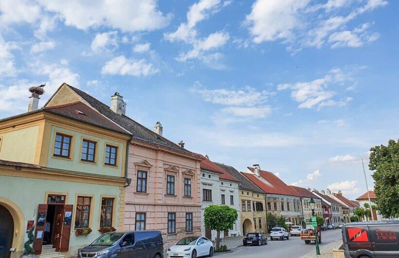 Hauptstraße von Rust mit Storchennestern auf den Kaminen