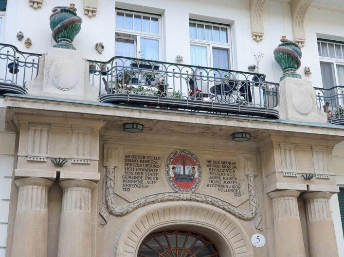 Verzierungen an einer Fassade in Baden