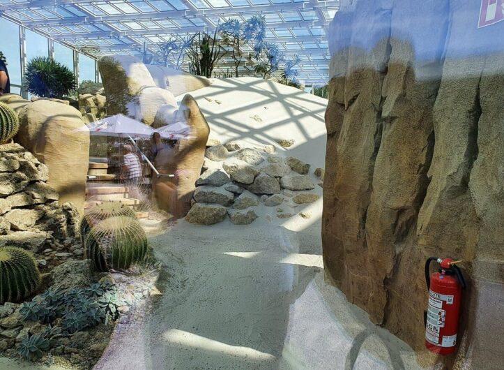 Blick durch das Fenster des Wüstenhauses Danakil