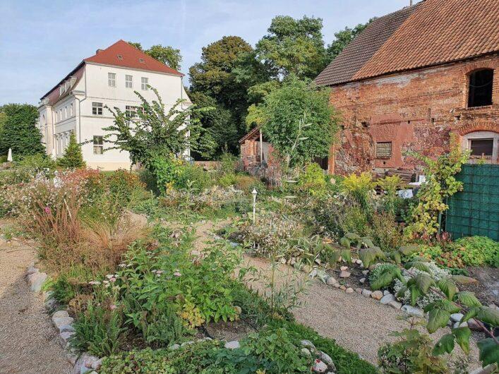 Garten und Elbschloss Kehnert im Hintergrund